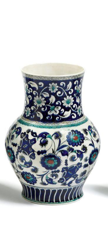 Lot : GRAND VASE EN CÉRAMIQUE DE SAMSON décoré en vive polychromie d'œillets et[...] | Dans la vente Arts d'Orient et Orientalisme à Millon et Associés Paris