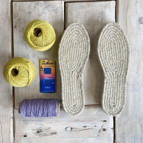 CÓMO COSER SUELAS DE ALPARGATAS | SANTA PAZIENZIA Crochet Sandals, Crochet Slippers, Quilted Tote Bags, Crochet Dragon, Shoe Crafts, Knit Shoes, Shoe Pattern, How To Make Shoes, Dress Sewing Patterns