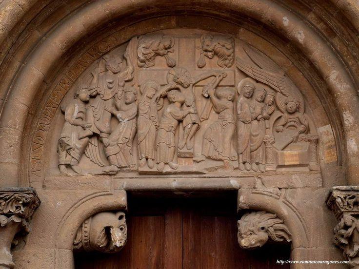 San Isidoro de León. Puerta del Perdón. La decoración del tímpano muestra una triple escena: el descendimiento de Cristo en la parte central; las mujeres en el sepulcro descubren la resurrección; y la ascensión.