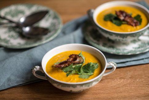 Krémová indická mrkvová polévka s kokosovým mlékem a kari