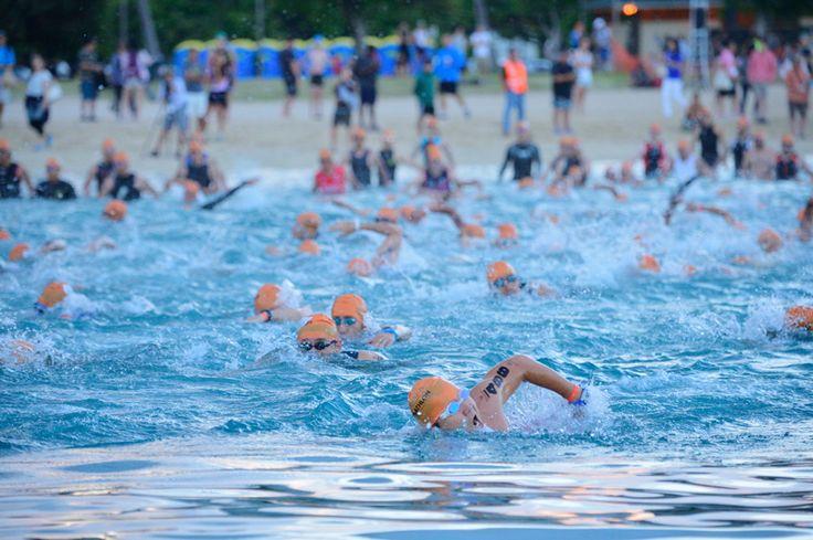 青い海を泳ぎ、青の空の下で漕ぎ、走る。毎年、大いに盛り上がりをみせる「ホノルルトライアスロン」。アラモアナビーチパークを舞台に、毎年5月開催。定番のオリンピックディスタンスはもちろん、トライアスロンデビューに好評なスプリントディスタンス、リレー、キッズ・デュアスロンなどもある。まじめにタイムを狙う選手から、ちょっと危うい初心者まで参加!