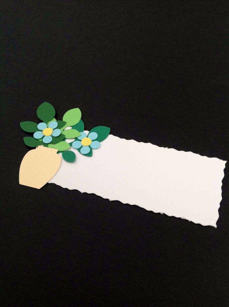 BORDKORT Beige perlemorsvase med lille buket lyseblå forglemmigej blomster til bryllup og barnedåb. www.jannielehmann.dk