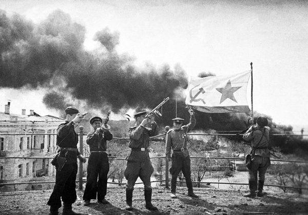 Бойцы 393-го батальона морской пехоты водружают военно-морской флаг в освобожденном Севастополе. Май 1944 год.