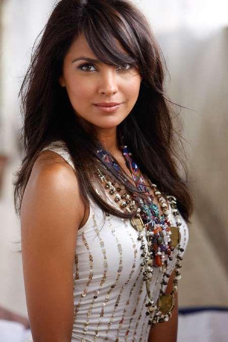 beautiful woman. pretty shirt & necklaces. Lara Dutta