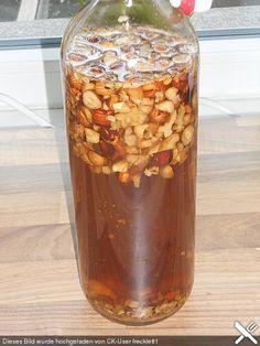 Walnüsse, (am besten frisch vom Baum ) 2 Beutel Vanillezucker, 3 EL brauner Kandis, 4 EL Honig ,1 Liter Schnaps (Apfelbrand, Obstler) Wahlnüsse schälen und vierteln, eine 1 L Flasche ca. zu 1/4-1/3 mit den Wahlnussstücken füllen. Den Vanillezucker, Kandiszucker und Honig dazugeben und mit dem Obstler auffüllen. Ca. 2-3 Monate an einen sonnigen, warmen Platz stellen (z.B. sonniges Fenster )Während dieser Zeit die Flasche jede Woche einmal leicht umschütteln