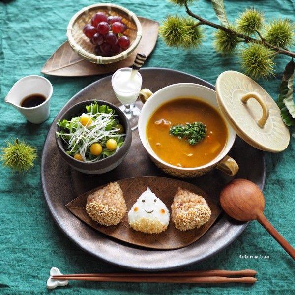 おはようございます。ご訪問ありがとうございます😊今日の朝ごはんは昨日大量に作ったスープカレーをスライド〜🍛❁スープカレー❁おにぎり❁サラダ❁ヨーグルト❁ぶどうカレーには南瓜、さつま芋、長芋、玉葱、人参、赤ピーマン、舞茸、しめじなどなど野菜をたっぷり入れて