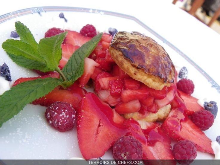 Feuilleté caramélisé avec sa rosace de fraises de Carros Mariage délicat de la fraise et de la violette