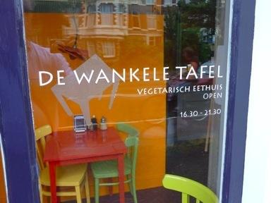 Klein, gezellig, vegetarisch restaurantje in Den Haag    http://www.iens.nl/restaurant/4219/denhaag-de-wankele-tafel