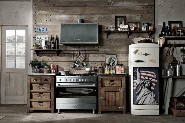 Cucina con parete rivestita con assi di legno