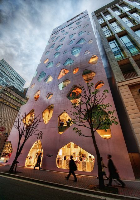 This pink building is the MIKIMOTO Ginza 2 at Tokyo Japan, designed by Toyo Ito