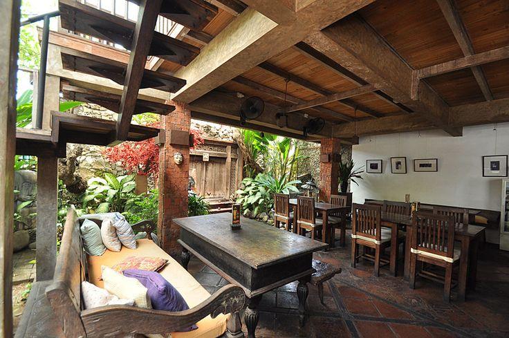 Warung Bale Bali 骨董品とアンティーク家具に囲まれたインドネシア料理店 スミニャック地区、クンティ通りのバレバリは、旅先で一度は食べておきたい伝統的なメニューを数多く取り揃えているインドネシア料理店。中でも、チキンサテ(インドネシア風焼き鳥)は98年オープン当初からの人気メニュー。クリスピーダックも是非試したい逸品だ。ナシゴレンやミーゴレン以外のインドネシア料理を食べたい方にはピッタリ。 また、外観もインテリアもオーナーの出身地、文化遺産の街として名高いソロ(ジャワ島中部)の骨董品とアンティーク家具でまとめられ、この通りでも目を惹くインドネシアの古い様式の建物。2階席もあり、どこか懐かしさを感じる居心地の良い店内。ランチやティータイムにはお店の一押し、「Teh Poci(テ・ポチ)」はいかが。ジャワ式のポット入り紅茶とキャッサバ芋の揚げ物付き。古木の温もりを感じながら現地の味を堪能して。 フォトギャラリー  店舗情報    店舗名 Warung Bale Bali ワルン バレ バリ   地域 スミニャック地区   住所 Jl. Kunti 1 No.4…