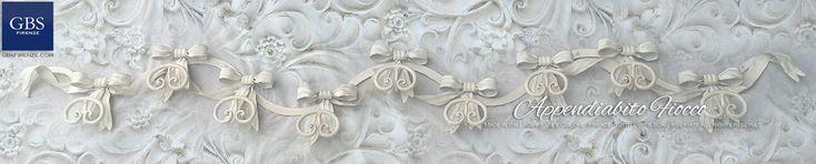 Appendiabiti da muro, collezione Fiocco. Su misura e con colori personalizzati. In ferro battuto e decorato a mano. GBS
