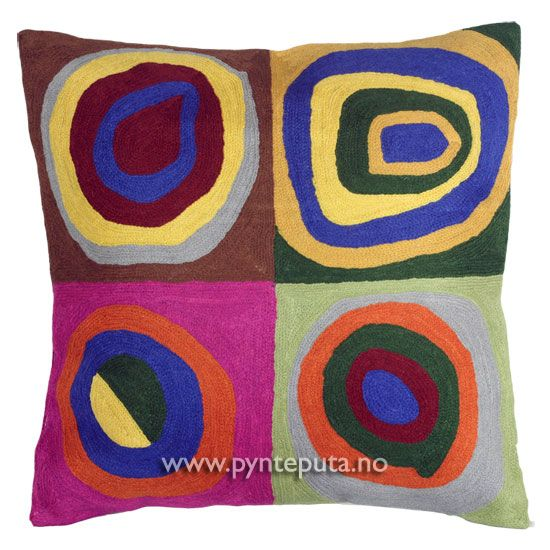 """Pyntepute """"Kvadrat 1"""". Det abstrakte uttrykket, og de friske fargene skaper en spennende detalj i interiøret ditt. Putetrekket er brodert i ull og mange lekre farger, blant annet blå, grønn, oransje, dempet gul, rosa, burgunder, gråblå, brun, lys grønn og beige. Fra nettbutikken www.pynteputa.no. #pyntepute #pynteputer #sofaputer #kandinsky #farger"""