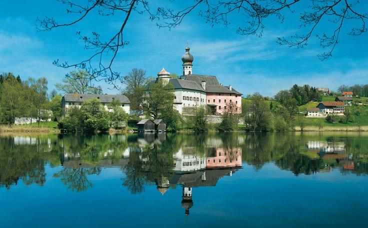 Schon die Menschen aus der Steinzeit schätzten diesen Platz. Die Römer, wo waren die nicht, und die Franzosen machten diesem Flecken auch ihre Aufwartung, von den Salzburgern ganz zu schweigen. Anger hatte scheinbar zum bayerischen Königshaus einen guten Draht, denn als im Februar des Jahres 1824 König Max I. von Bayern sein 25. Regierungsjahr feierte, wurden ihm zu Ehren auf dem Dorfplatz 25 Linden gepflanzt.  Kloster Höglwörth am Höglwörther See Dann kam 1841 König Ludwig I. in den Ort und…