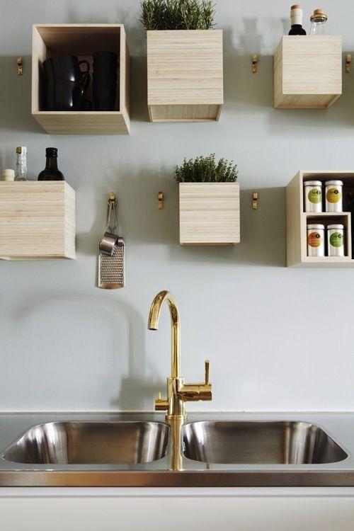 Sådan kan væggen også bruges – og dekoreres med de billige trækasser fra kreahobshop.dk