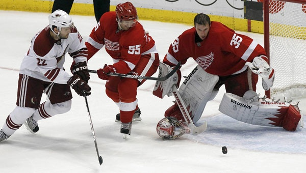 Jimmy Howard losing his mask, going for the save. #detroit #jimmy #howard #losing #mask #nhl #nomask #iceberg #vaughn #goalie