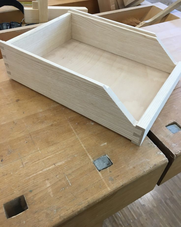 Stapelbox aus Esche gezinkt im Praxisteil der Meisterschule