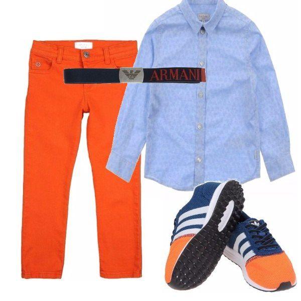 Outfit per bimbo colorato in arancio e blu, composto da pantalone, camicia in fantasia tono su tono, cintura e scarpe da ginnastica bi-color, per un look adatto ad occasioni di festa.