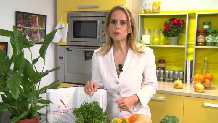 Celebra nutriţionistă Mihaela Bilic demontează unul dintre cele mai mari mituri alimentare româneşti despre SLĂNINA DE PORC. Pe cât de gustoasă este, pe atât de periculoasă se crede că este pentru sănătate, mai ales pentru cei care au probleme cu COLESTEROLUL. Iată că lucrurile nu stau chiar aşa, ci