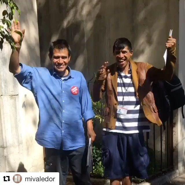 Nos collègues du #journalderue @mivaledor à Mexico lors de la première journée d'un de leur camelot formé par un plus ancien. . #mexicocity #mivaledor #insp #funnyvideos #streetpaper #vendor #camelot