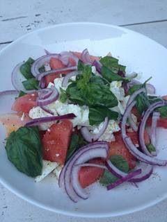 Salade met watermeloen, feta, basilicum, rode ui, olijfolie en peper