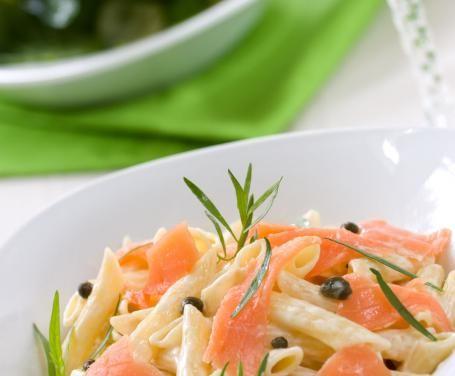 Una versione originale e succulenta della classica pasta al salmone, arricchita in questa ricetta da pistacchi e noci tritate.
