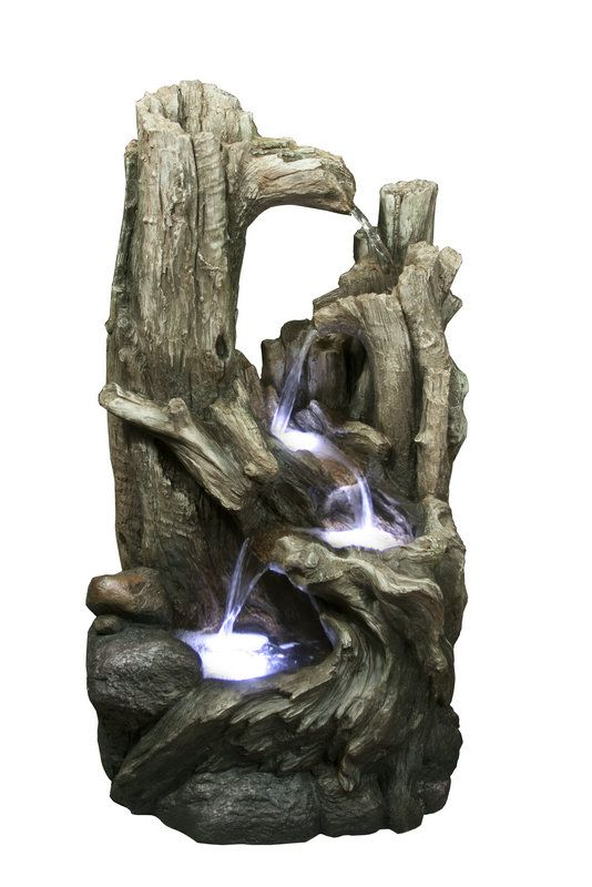Napodobenina několika navzájem prorostlých ztrouchnivělých stromů, posazených na kvalitně zpracované imitaci kamene. Voda pramení v dutině nejvyššího stromu, přelévá se mezi ostatními a končí v jezírku obklopeném kořeny. Odtud je poté opět odčerpávána k vrcholu fontány. LED diody zdobí fontánu v místech, kde se voda přelévá mezi stromy.