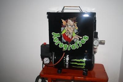 Una lata de Monster Energy aerografiada en un compresor con depósito dando la sensación de que es efectivamente una lata real de esta bebida tan extrema.