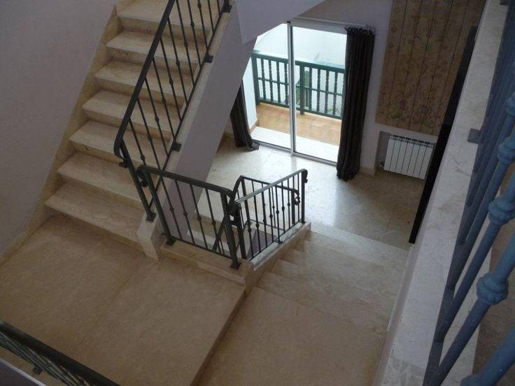 Escalera recta formada por dos tramos en direcciones opuestas. #arquitectura #diseño #decoracion #marmol #cremamarfil #interiorismo #escaleras