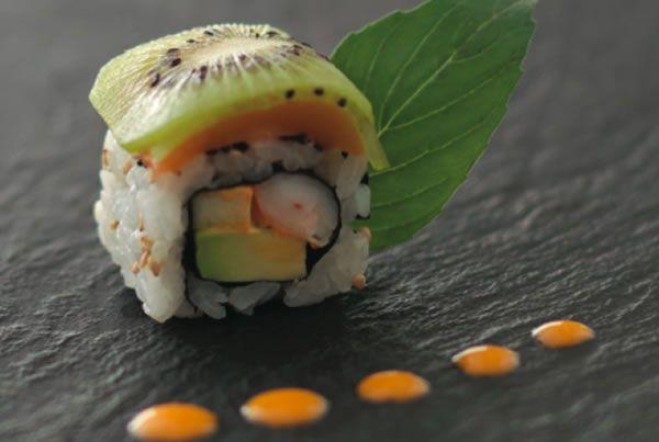 Hawaian Roll : Roll à la crevette, basilic, mange et sauce yuzu Sushi shop x Joel Robuchon