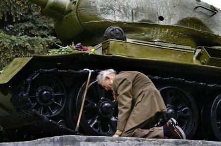 Ένα Ρώσος βετεράνος του Δευτέρου Παγκοσμίου Πολέμου βρήκε επιτέλους το τανκ μέσα στο οποίο έζησε τις περισσότερες μέρες του πολέμου να στέκεται σε μια μικρή ρωσική πόλη ως μνημείο