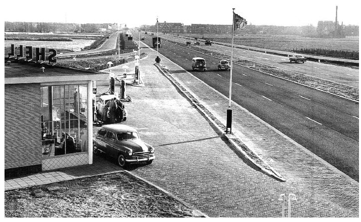 De A13 in rustige tijden. A13 Ter hoogte van het vliegveld zestienhoven was een benzinestation van Shell.