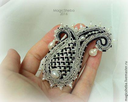 Купить или заказать Брошь Пейсли 'Принцесса', вышивка серебром в интернет-магазине на Ярмарке Мастеров. Игривая, свежая, воплощение молодости - брошь пейсли ' Принцесса'. Вышивка по объему серебром, россыпь мелких жемчужин и драгоценного бисера, крупные жемчужные подвески - невероятный ажур, красота филигранной вышивки - это все для самой-самой. Ждет свою обладательницу! Кстати, легкое украшение! На платьюшко, блузочку хорошо уместится и привлечет много восхищенного внимания к...