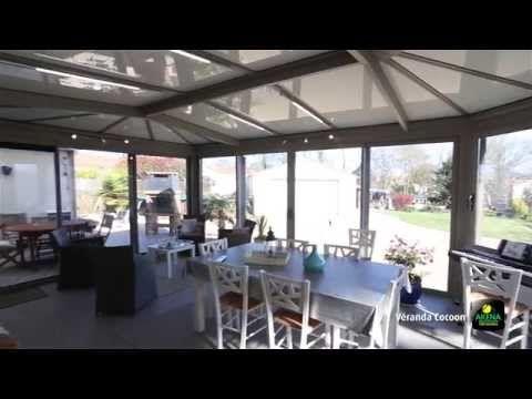 Un coin repas: une salle à manger aménagée dans une véranda aluminium   AKENA Vérandas