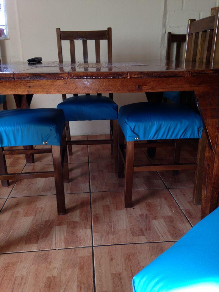 Retapizado de sillas, estaban muy maltratadas y decidí repararlas, el resultado, genial! Le dan color a mi hogar.