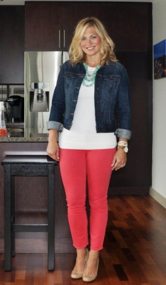 In the fall, not all the color of the clothes look good. If you like red pants, then mix with a jacket made of jeans.
