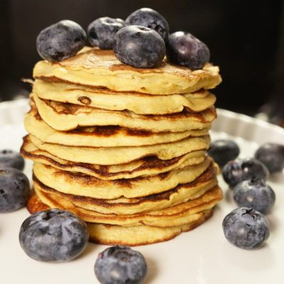 3 Zutaten, ein Stabmixer und eine Pfanne - 10 Minuten später ist ein großartiges Frühstück zubereitet. Ein schnelles Frühstück, ohne Frage! Warm und direkt aus der Pfanne schmecken die Pancakes am besten. Mit frischem Obst angerichtet sind meine...