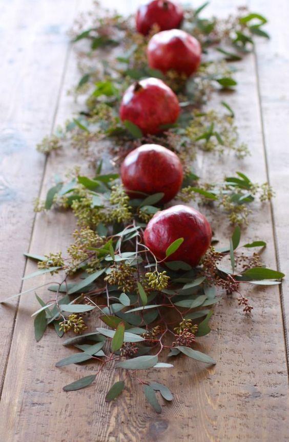 Centrotavola con melograno e foglie
