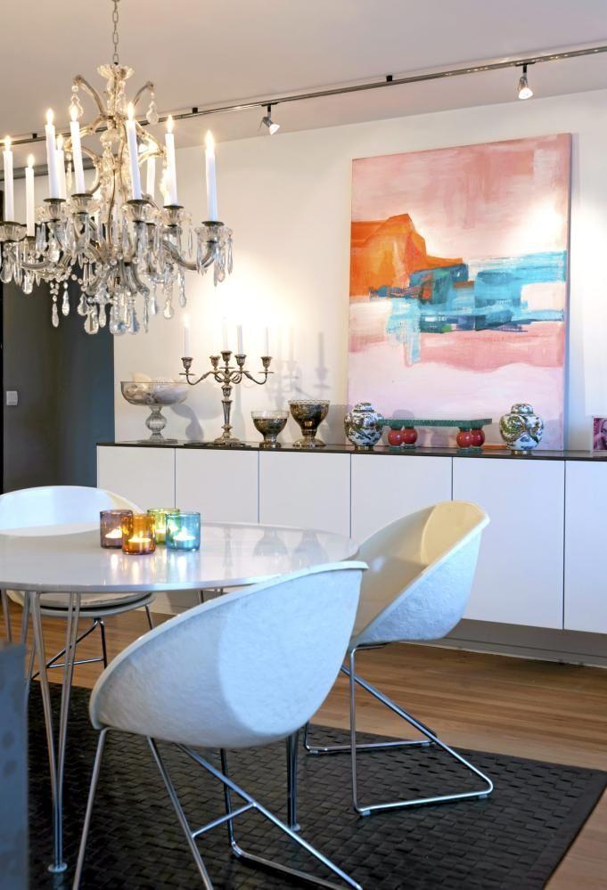 Spisestuen er i utgangspunktet moderne, med ulike elementer i klassisk- og retrostil, og nips med et �stlig preg. Telysholderne p� bordet tar opp fargene i maleriet.