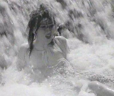 Scéna z filmu Ohnivé léto, kde se hrdinka pokusí o sebevraždu skokem ze skály do řeky.