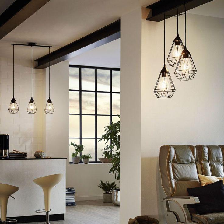 Composición de 3 lamparas colgantes de diseño nórdico alineadas a la misma altura. Está fabricada en metal con una original estructura geométrica que deja la bombilla al descubierto.