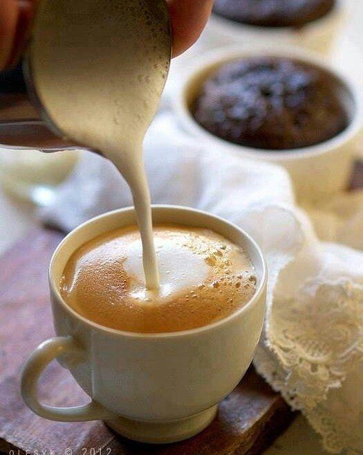 Um café bem gostoso para acordar e aquecer o corpo lá fora faz frio. @olhardemahel #caféecompanhia #café #cafédamanhã #cafécomleite #bomdia #bomhumor #olhardemahel #coffee #coffeeaddict #adorocafé #adorocapuccino #coffeelover #goodmorning #googmood #instagram #pintervalo #pinterest #tafrio