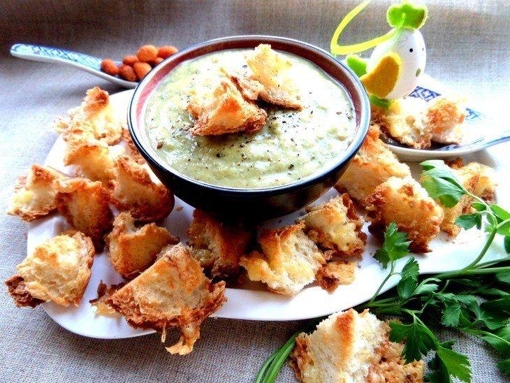 Фото к рецепту: Чесночный французский суп с крутонами