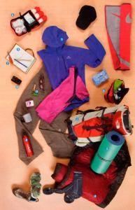 6. Selecciona ropa deportiva y calzado cómodo y usado para caminar.  No te olvides de llevar también un calzado cómodo para tus momentos de descanso. Y eso sí, debes llevar lo mínimo de lo mínimo en ropa, vas a vivir una experiencia, caminar cientos de kilómetros con una mochila a la espalda, no vas a una pasarela de modelos. Es preferible llevar poca ropa e ir lavando según tus necesidades en los albergues.