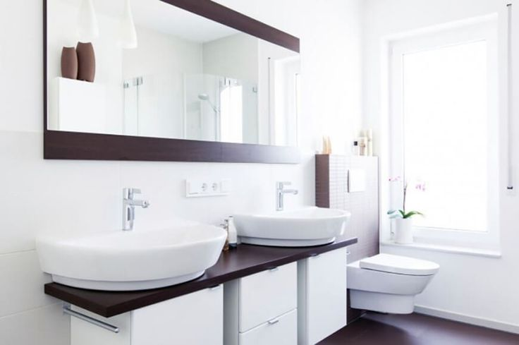 Während dieses Bad durch die Helligkeit der weißen erobert wird, die natürliche dunkle Holzfarbe gibt einen schönen Kontrast, Schwerpunkte auf dem Spiegelrahmen anzeigen, Wand und Boden zurück.