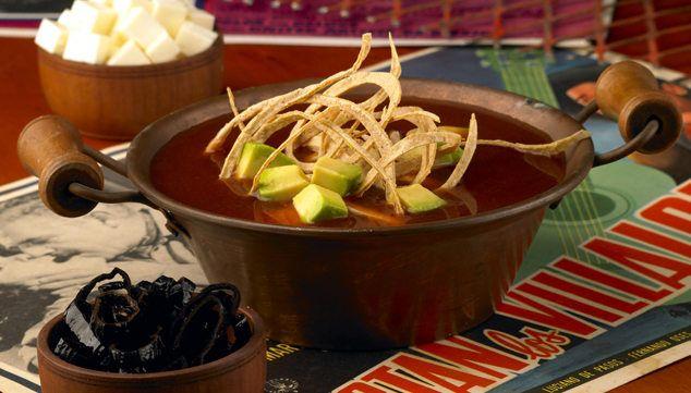 Como preparar sopa azteca, receta sopa de tortilla con queso chihuahua ...