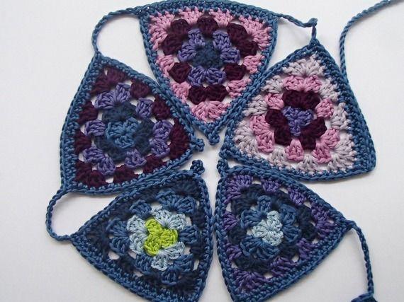 ghirlanda di bandierine arcobaleno realizzata a crochet