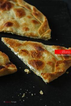 Focaccia senza lievito con formaggio al rosmarino
