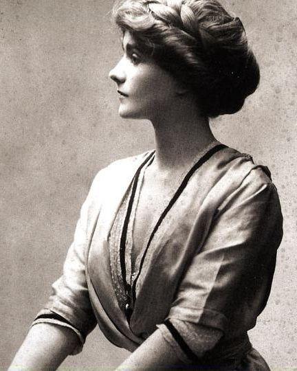 Gabrielle Bonheur Chanel on ranskalainen muotisuunnittelija. Chanelin suunnittelemat vaatteet tähtäävät yksinkertaisen eleganttiin, tyylikkääseen muotiin. Chanel piti tärkeänä käytännöllisyyttä, jonka myös hänen vaatteissaan voi nähdä.