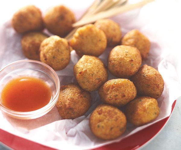 Découvrez les saveurs des Antilles avec cette recette d'accras de morue au piment. À déguster en apéritif.